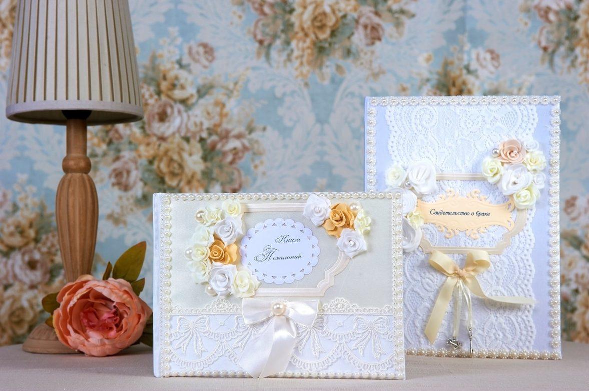 Белая кружевная папка для свидетельства о браке с кремовым декором.