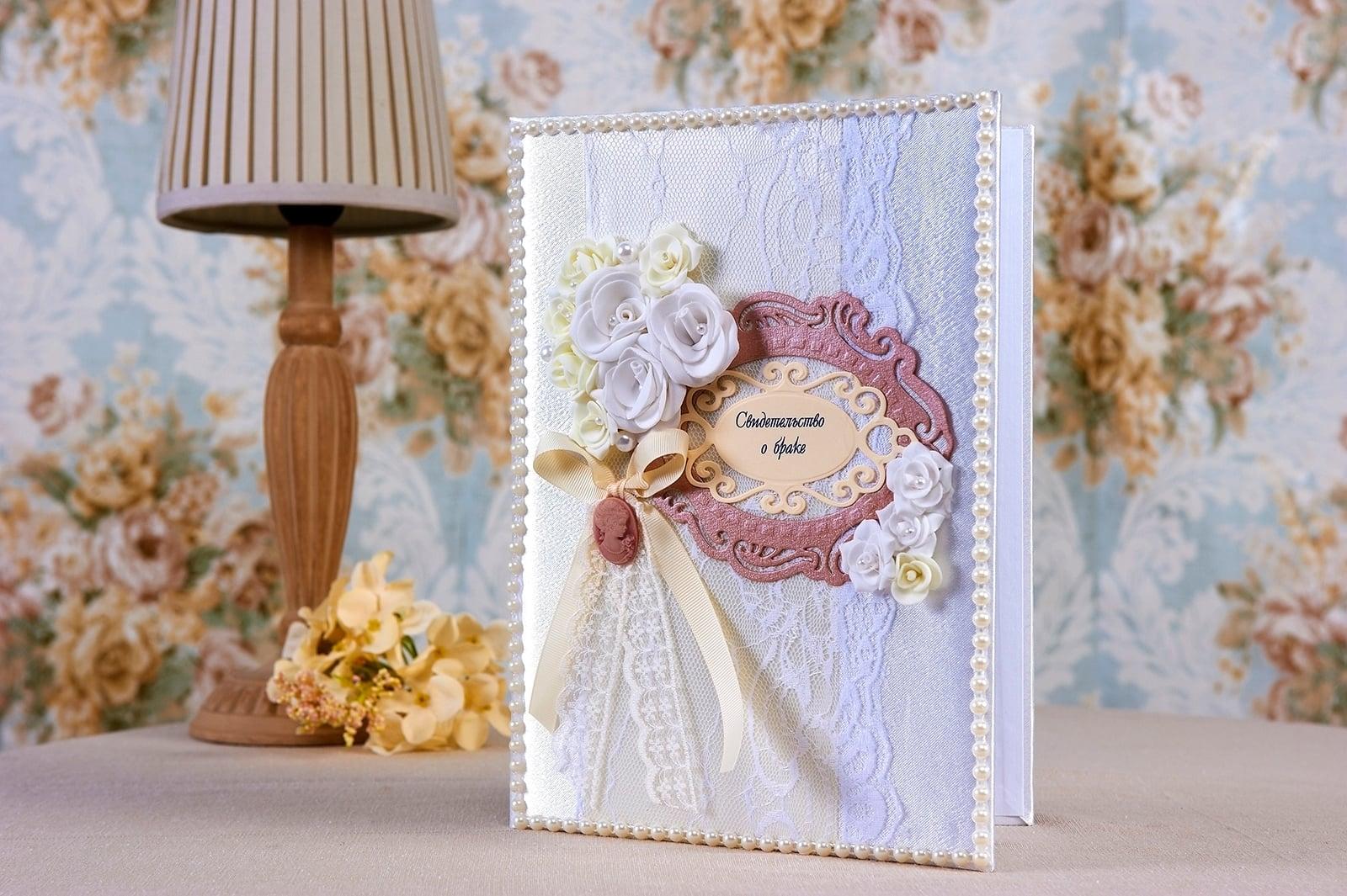 Элегантная папка для свидетельства о браке с цветными бутонами и кружевом.