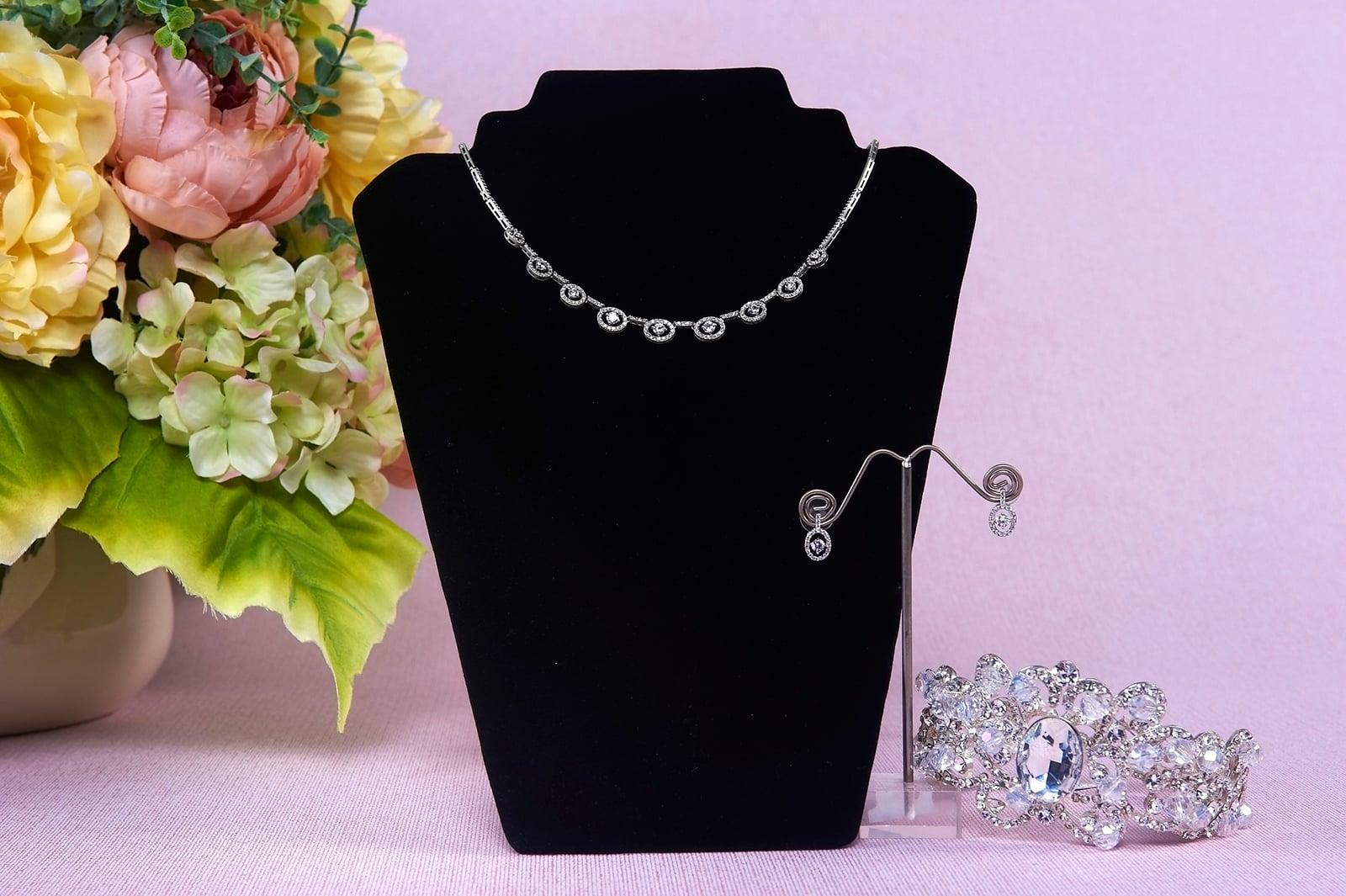 Серебристый свадебный комплект с изящным колье и небольшими сережками.