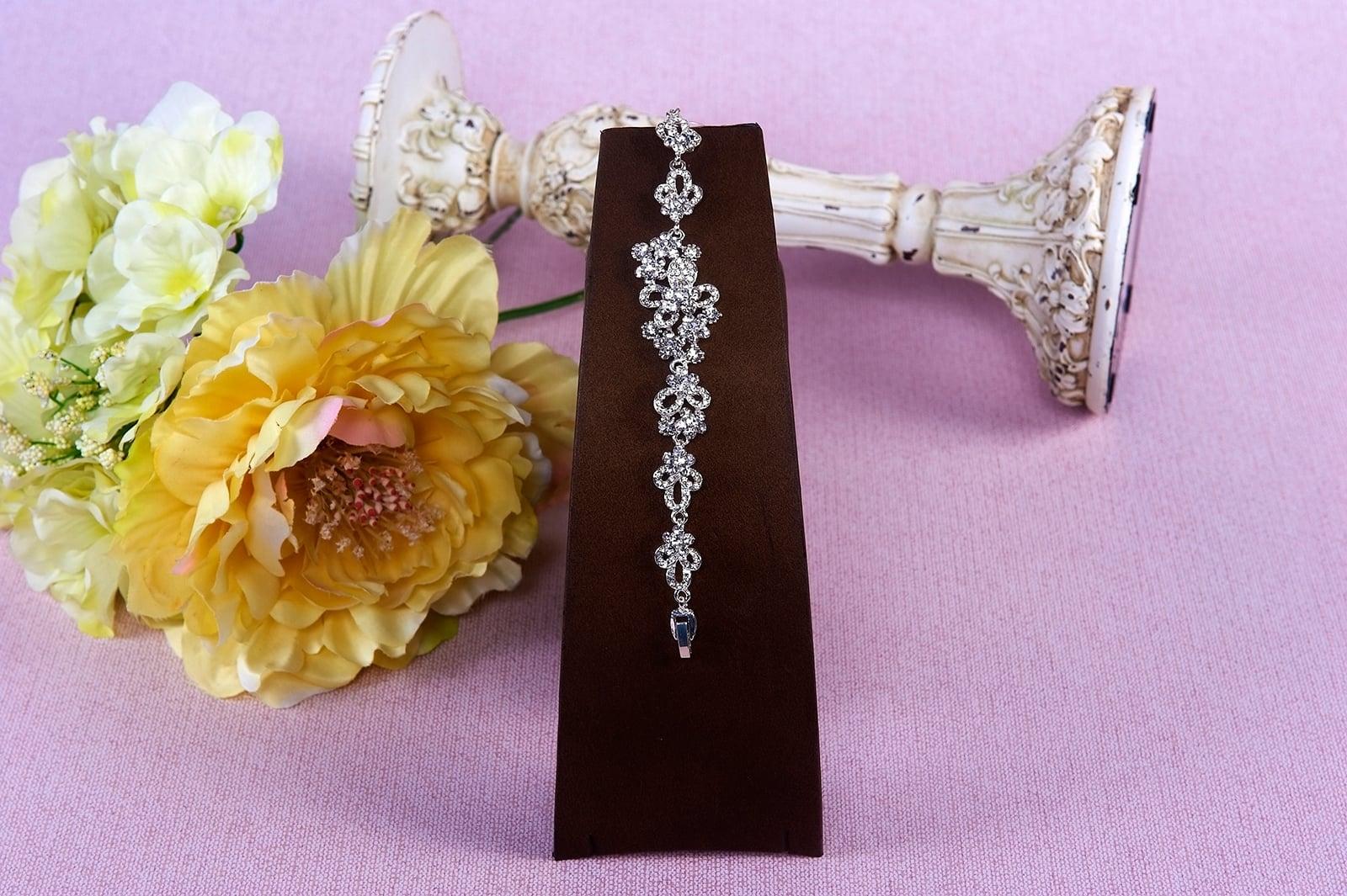 Романтичный свадебный браслет с цветочным узором.