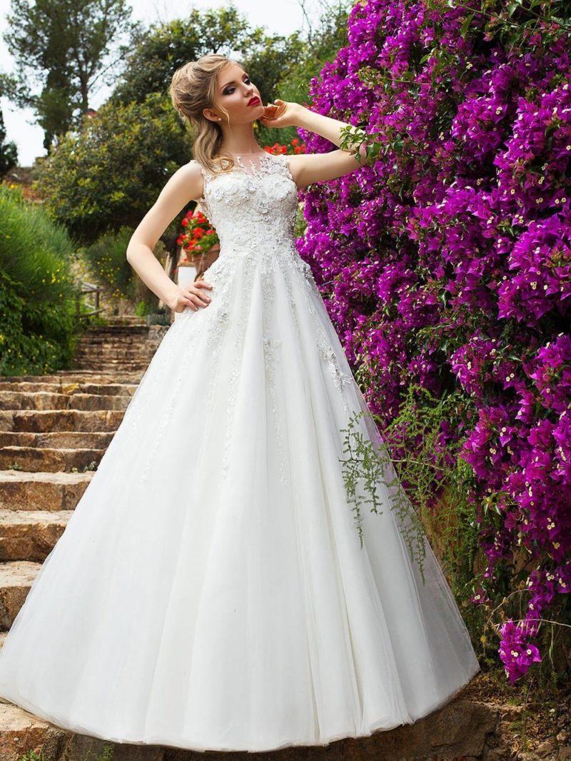 Свадебное платье с юбкой «трапеция» и корсетом с вышивкой и тонкой вставкой сверху.