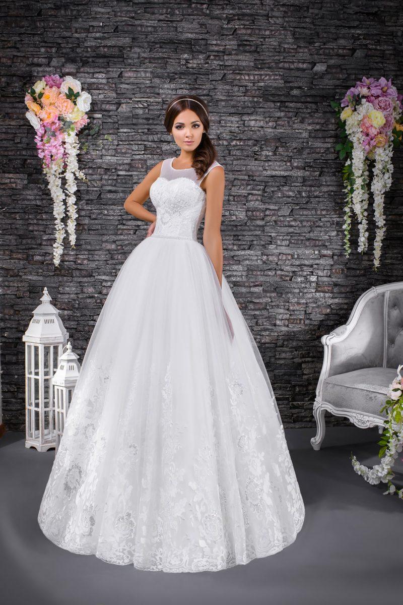 Пышное свадебное платье с тонкой вставкой над корсетом и фактурным декором.