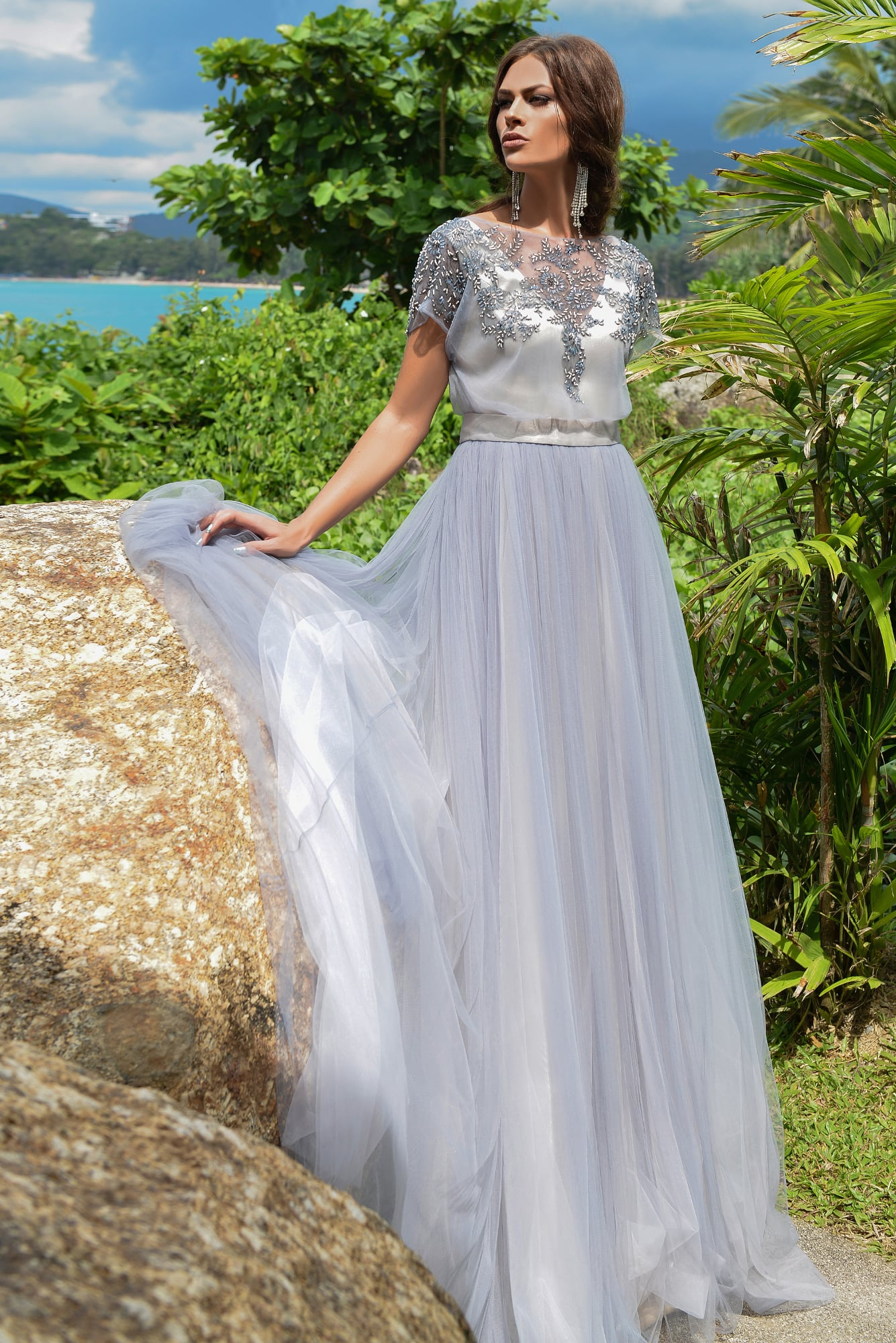 Дымчато-серое свадебное платье с пышной юбкой и сверкающим декором по верху. ead0b92b6b8
