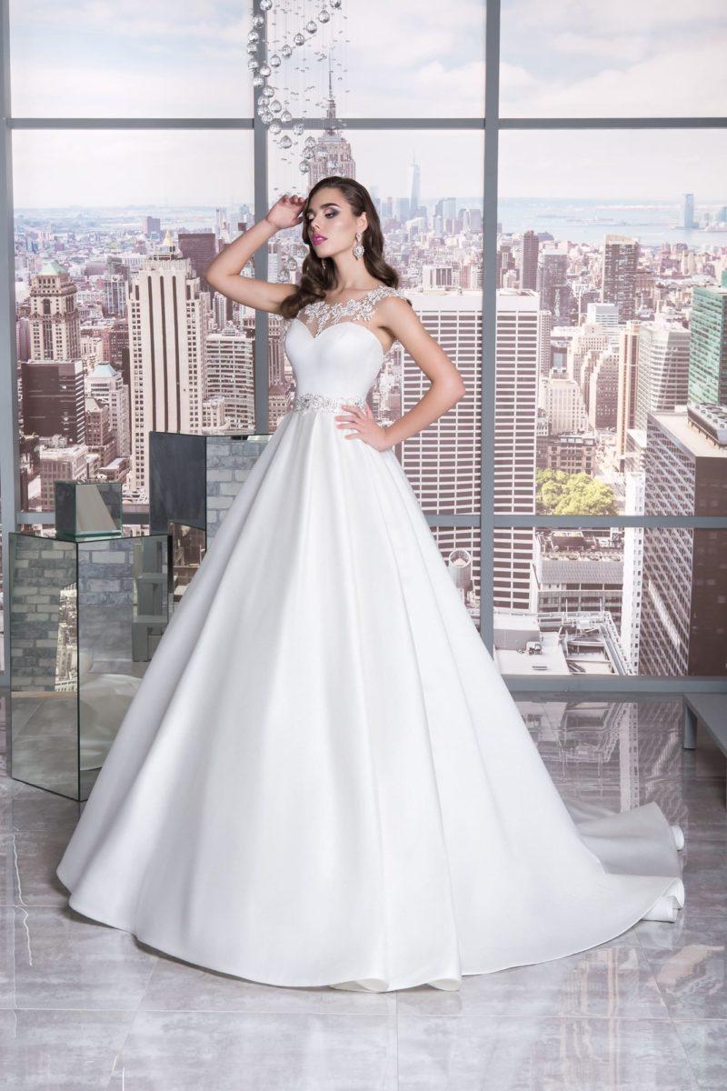 Атласное свадебное платье «принцесса» с вырезом в форме сердечка.
