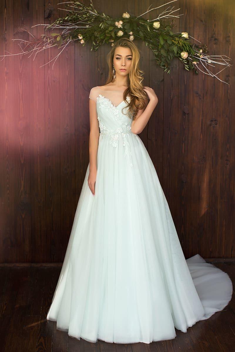 Женственное свадебное платье А-силуэта с открытым корсетом, украшенным аппликациями.