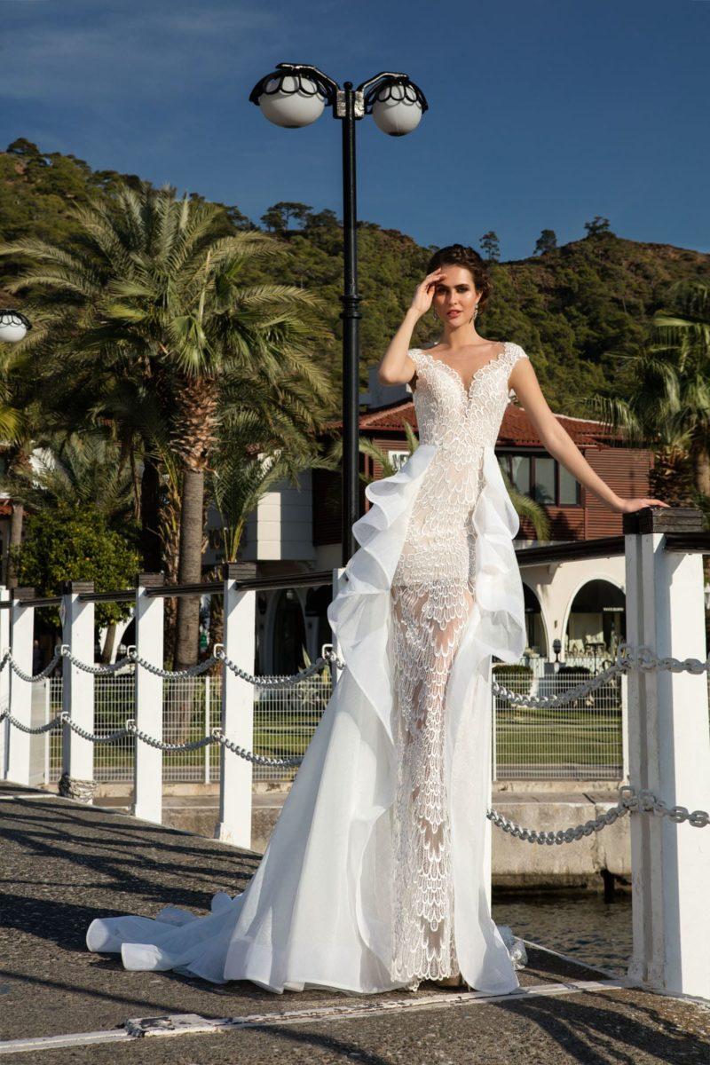 Кружевное свадебное платье на бежевой подкладке, с прозрачным подолом и съемной юбкой.