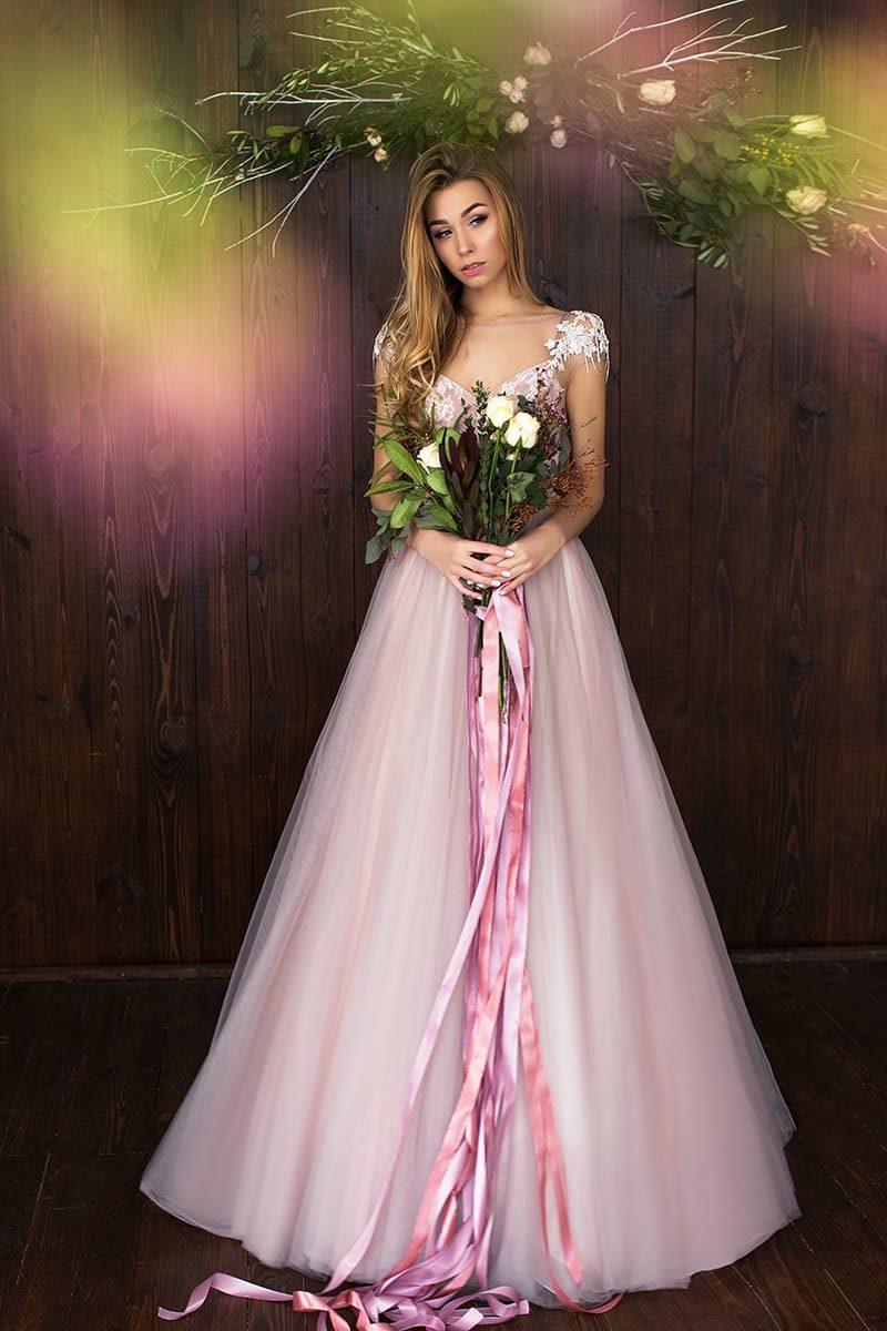 Розовое свадебное платье с роскошным атласным поясом из нескольких лент и юбкой А-кроя.