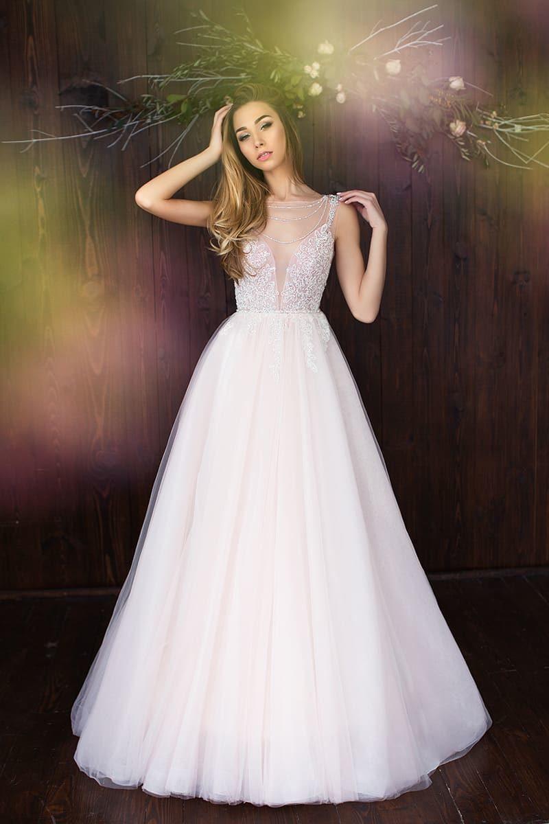 Изящное свадебное платье А-силуэта с сияющим декором верха и вырезом на спинке.