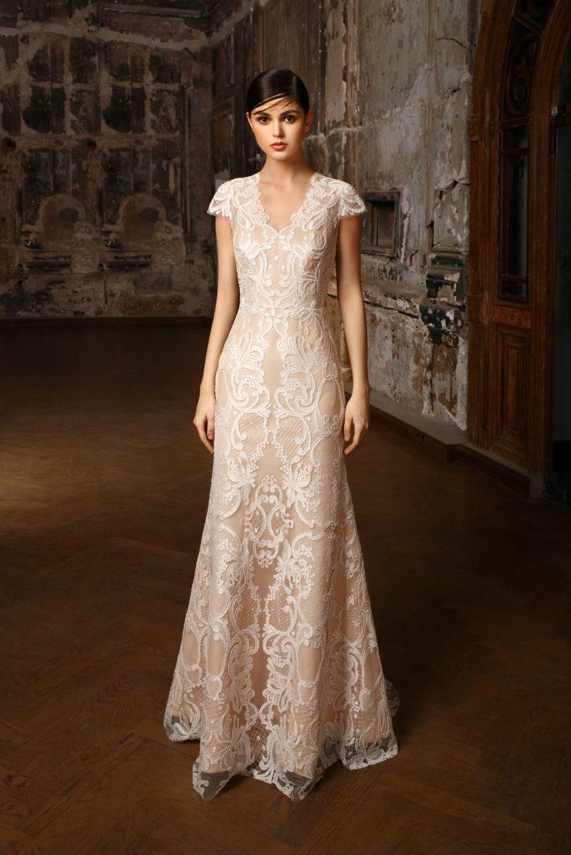 Стильное свадебное платье «принцесса» на бежевой подкладке с пышной верхней юбкой.