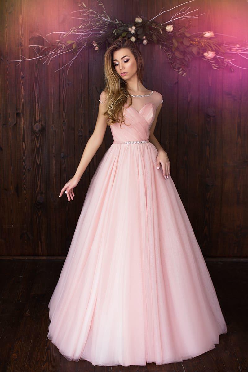 Романтичное свадебное платье розового цвета с драпировками на лифе и узким поясом.