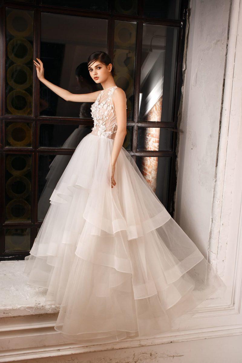 Пышное свадебное платье с многоярусной юбкой  и нежным полупрозрачным верхом.