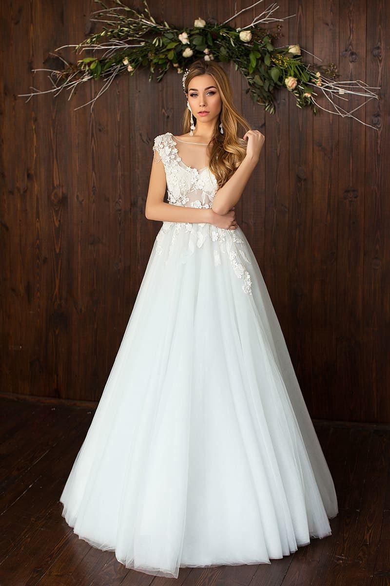 Кокетливое свадебное платье «принцесса» с полупрозрачным верхом с аппликациями.