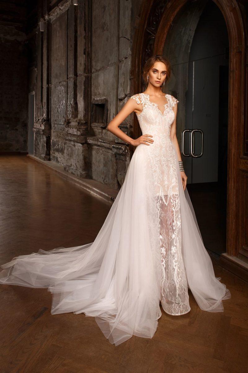 Бежевое свадебное платье с белой кружевной отделкой и очаровательной верхней юбкой.