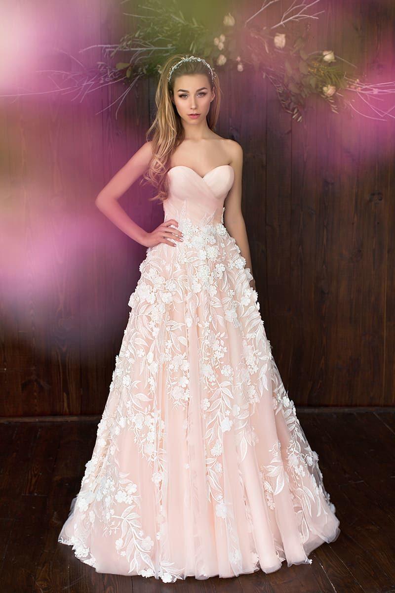 Розовое свадебное платье с открытым лифом в форме сердечка и чувственными аппликациями.