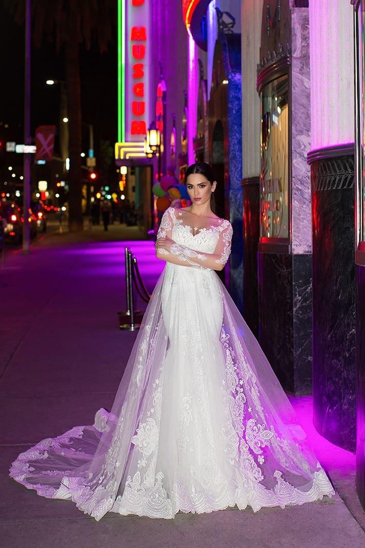 Облегающее свадебное платье с полупрозрачным рукавом и тонкой верхней юбкой.