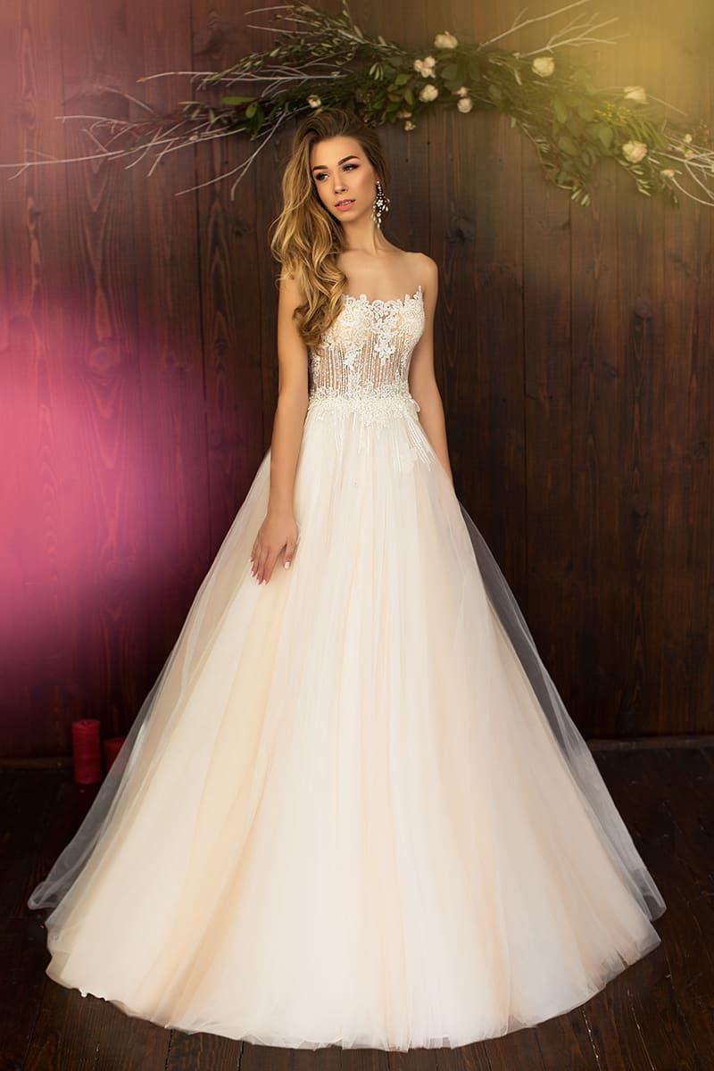 Персиковое свадебное платье с фигурным открытым лифом из полупрозрачной ткани.