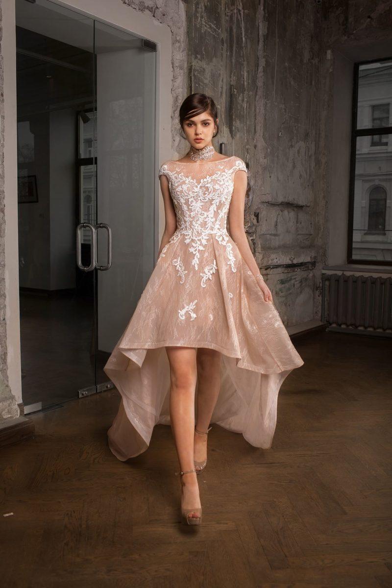 Укороченное спереди свадебное платье розового цвета, декорированное белым кружевом.