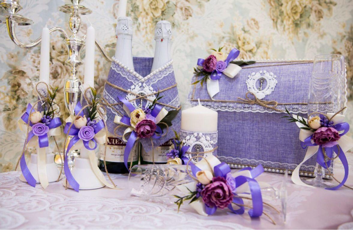 Фиолетовый свадебный набор из фактурной ткани, украшенный ключами и кружевом.