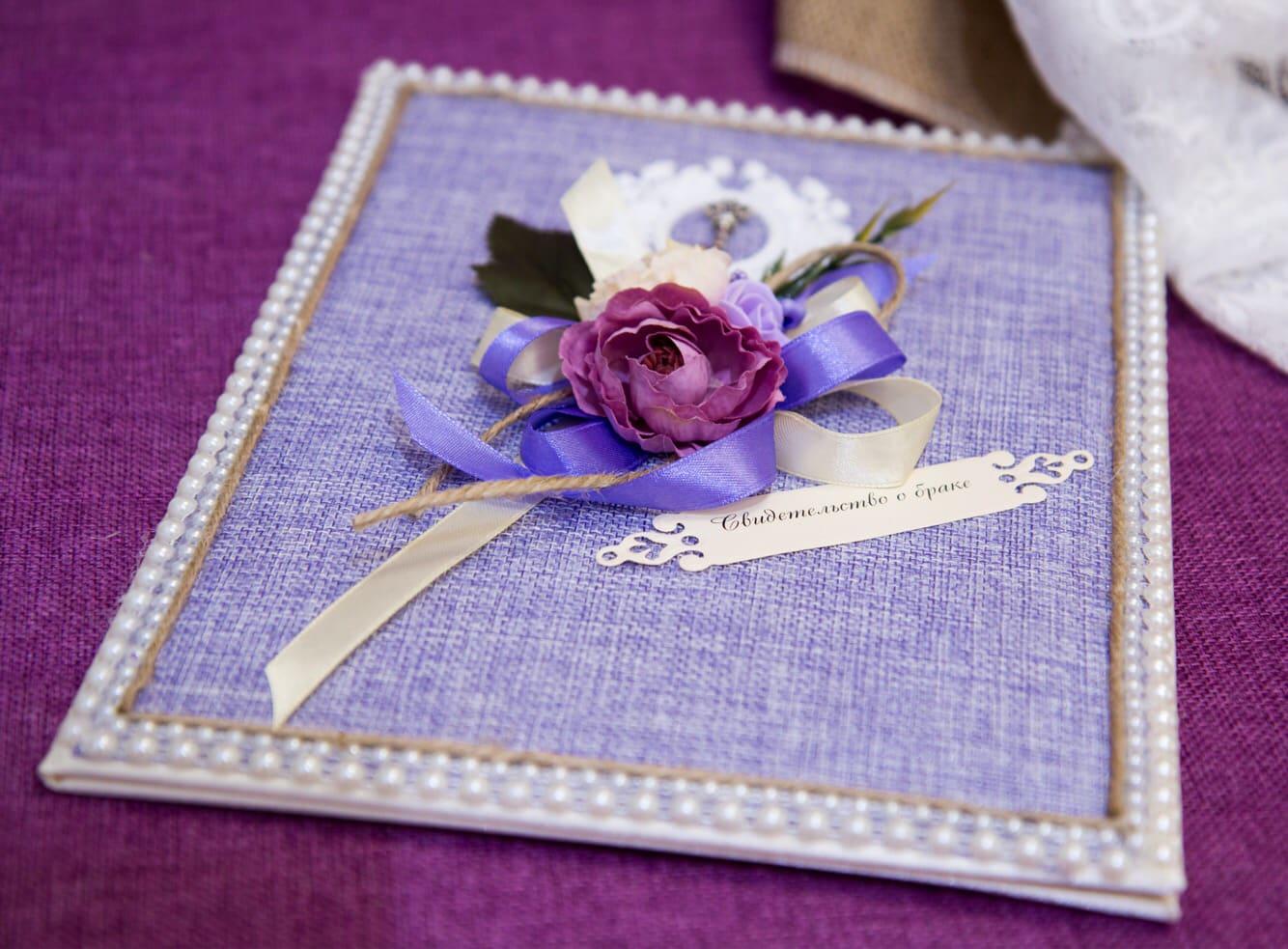 Фиолетовая папка для свидетельства с крупным декором бутонами и лентами.