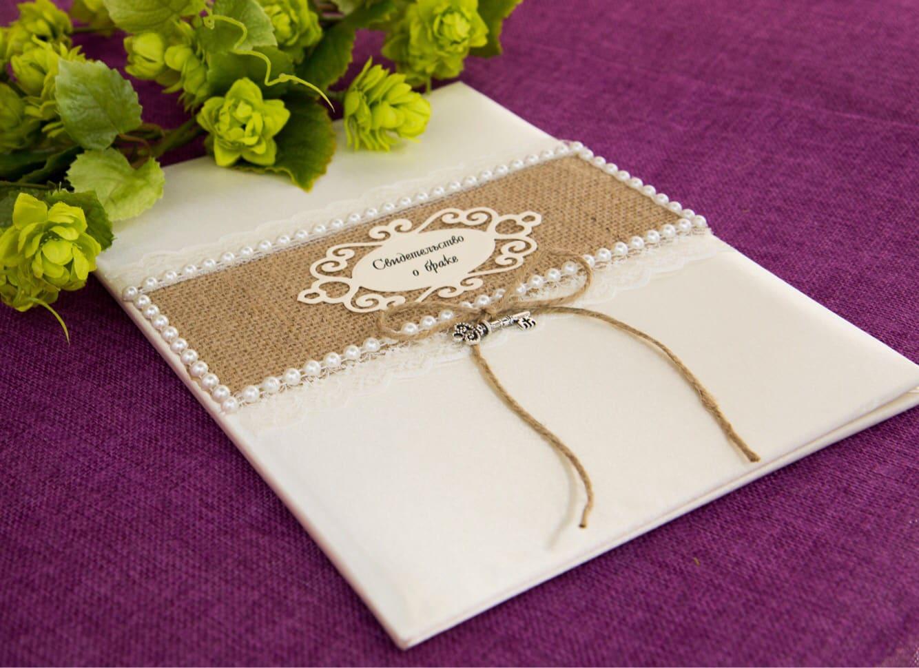 Стильная папка для свидетельства, украшенная фактурной тканью и жемчужинами.