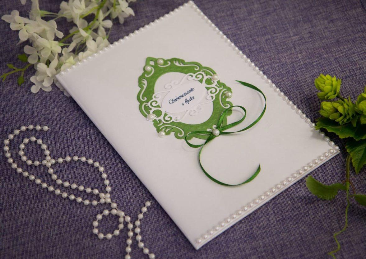 Оригинальная папка для свидетельства с зелеными деталями декора и жемчужинами.