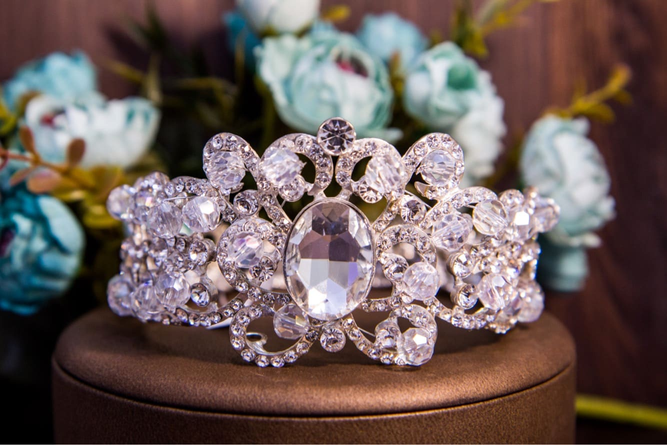 Стильная диадема в прическу невесты с крупным кристаллом в центре и россыпью малых.