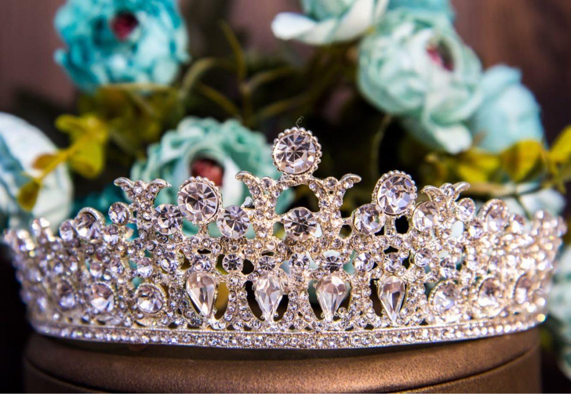 Неповторимая золотистая свадебная корона, оформленная прозрачными кристаллами.