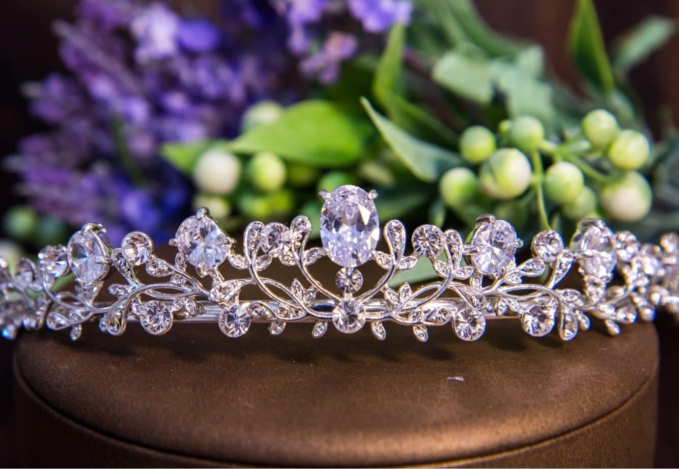 Деликатная свадебная диадема из золотистого металла, дополненная кристаллами.