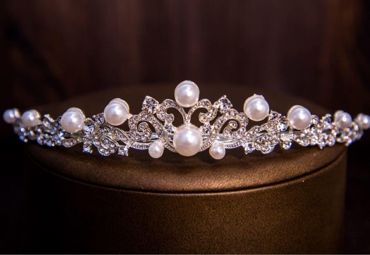 Женственная диадема из серебристого металла, декорированная жемчужинками.