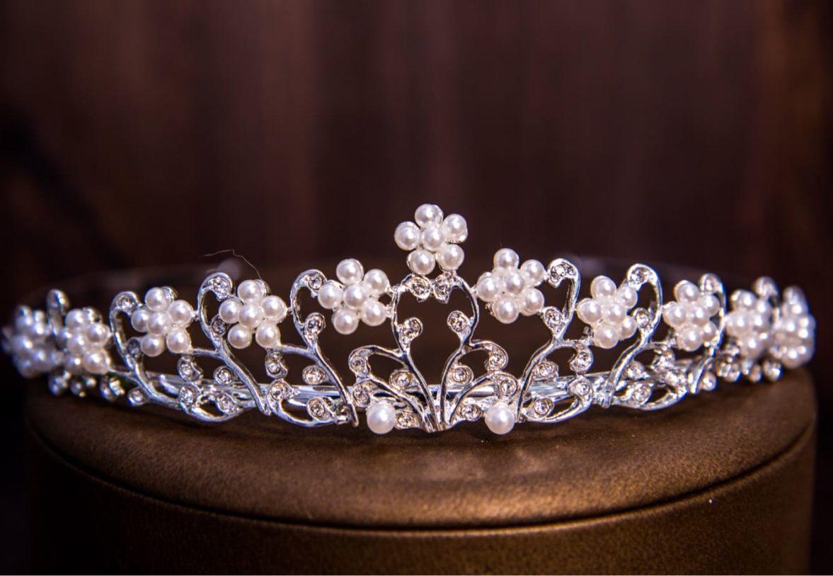 Серебристая свадебная диадема, деликатно украшенная бутонами из жемчужин.