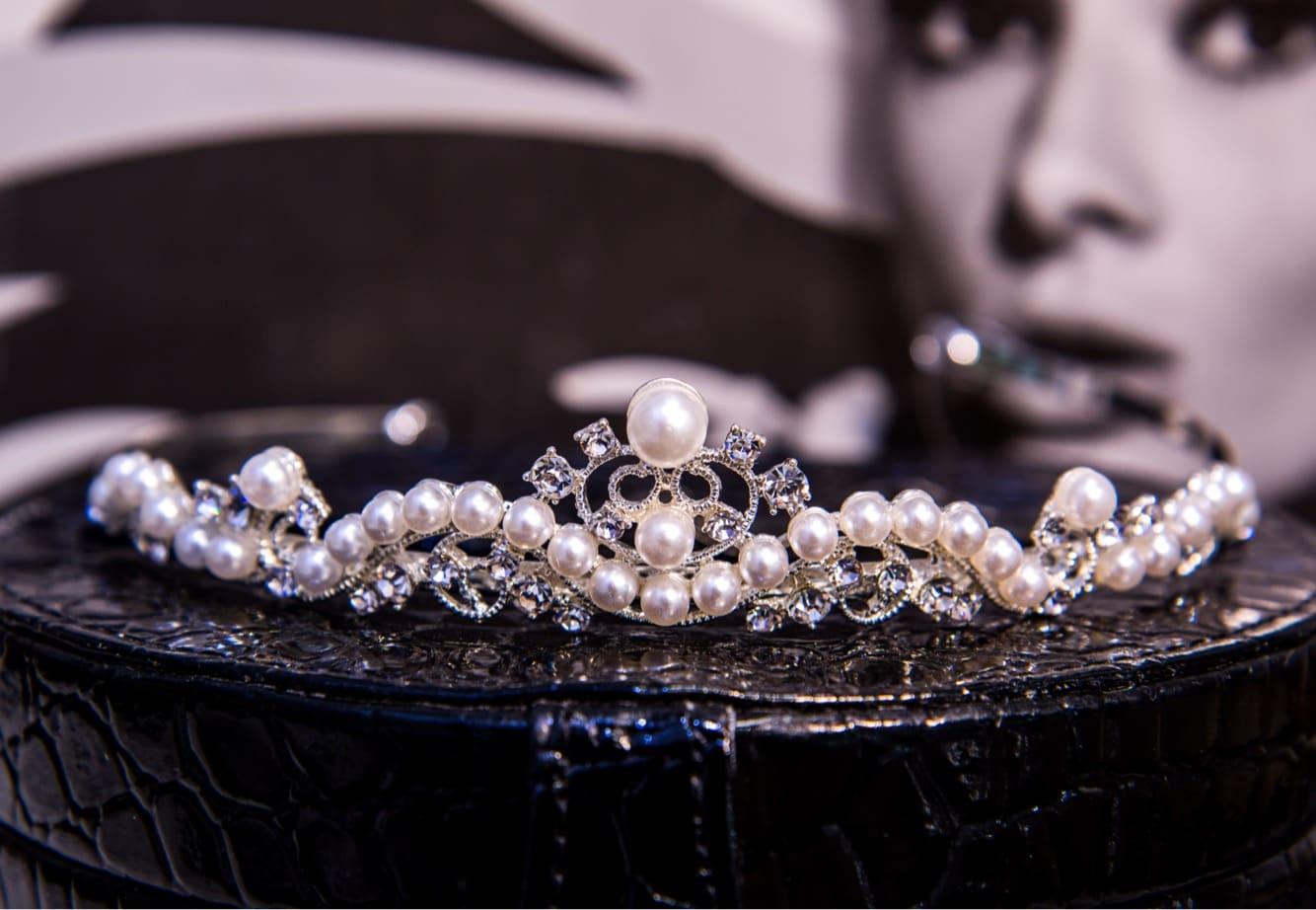 Жемчужная свадебная диадема из серебристого металла, полная романтичного настроения.