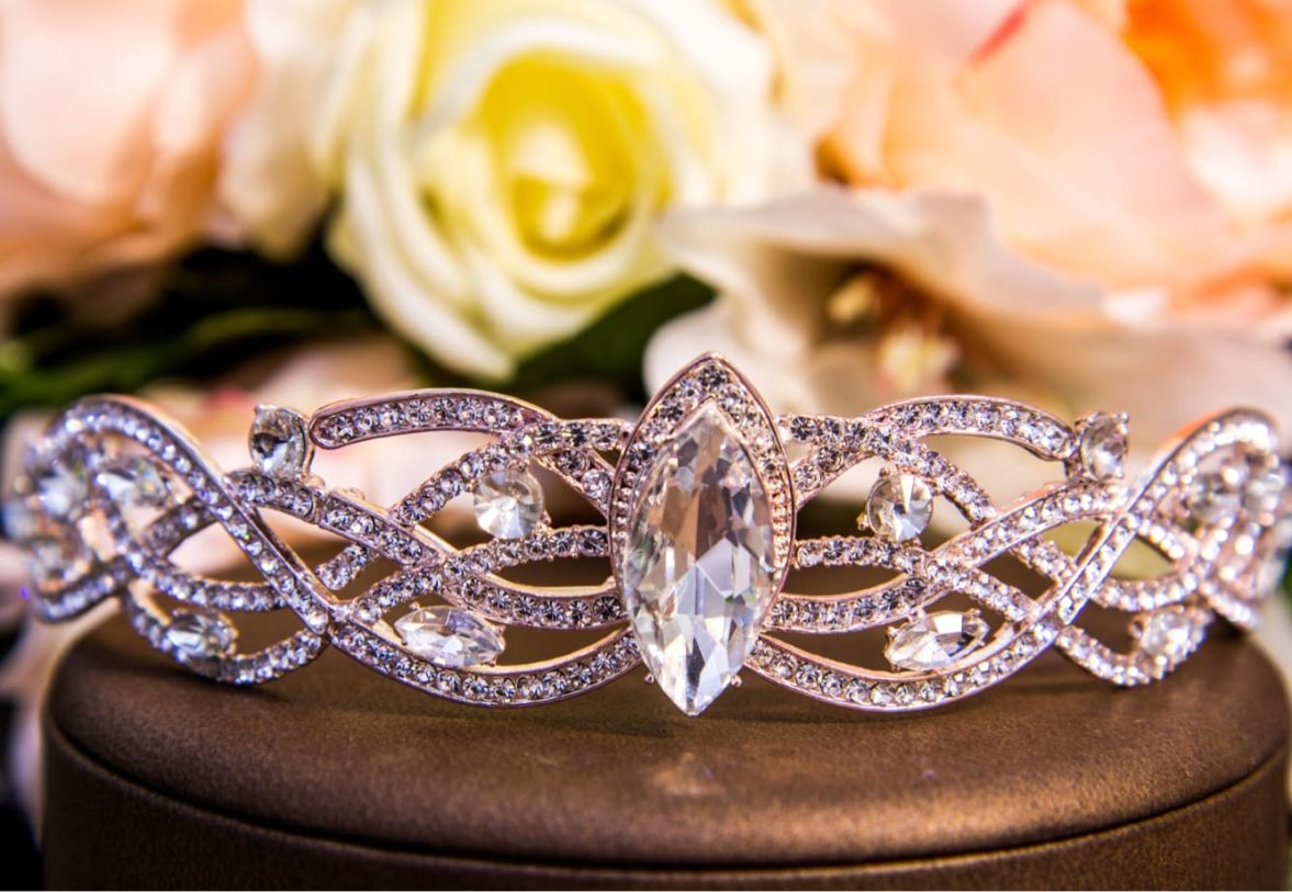 Эффектный свадебный венок для волос из золотистого металла со стразами.