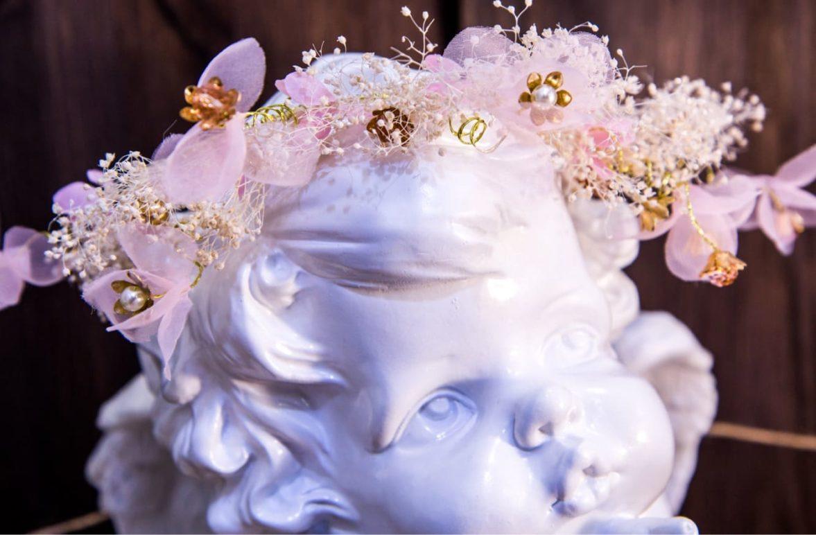 Романтичный розовый венок в прическу невесты, оформленный воздушными перьями.