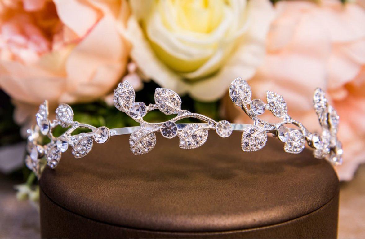 Тонкий венок с прозрачными кристаллами, идеально украшающий прическу.