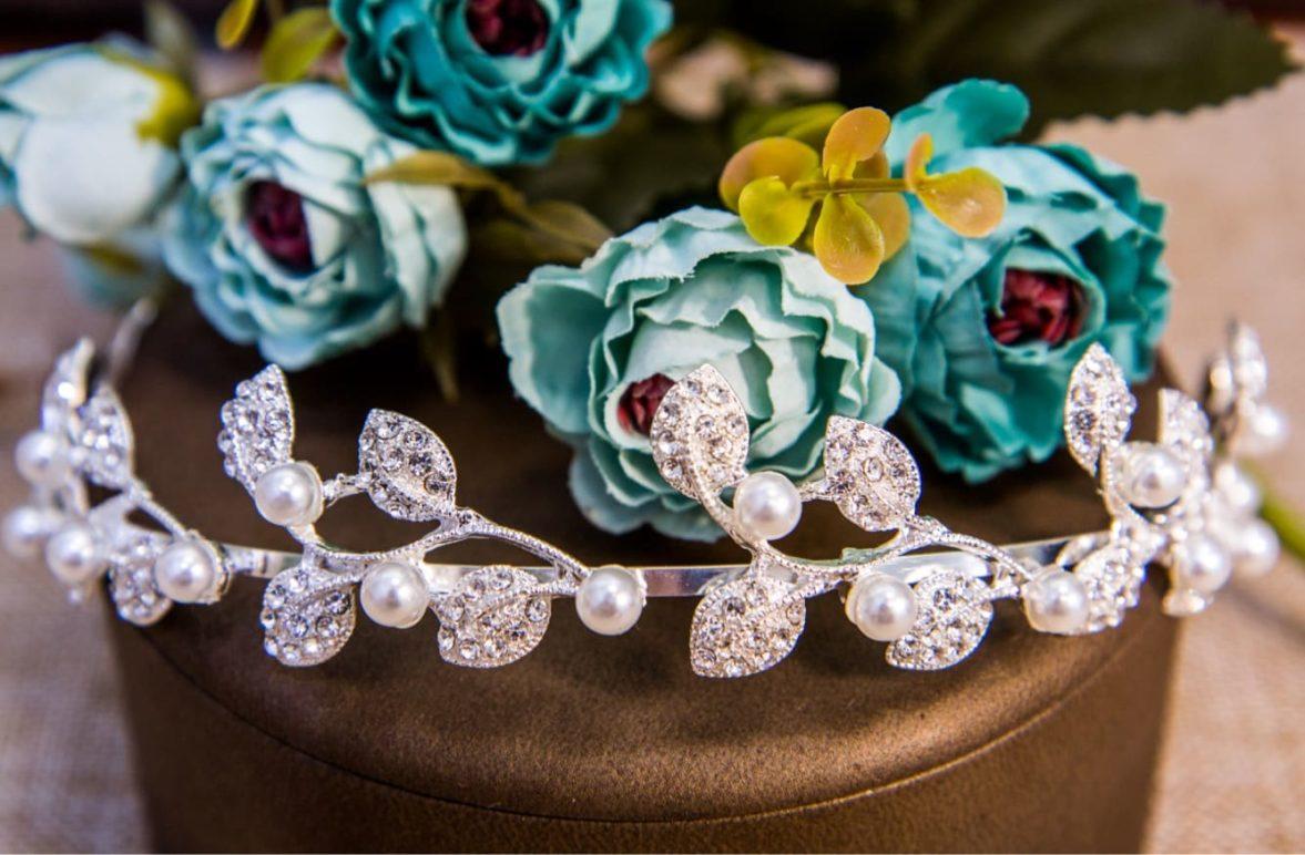 Изысканный серебристый венок в прическу невесты, украшенный кристаллами.