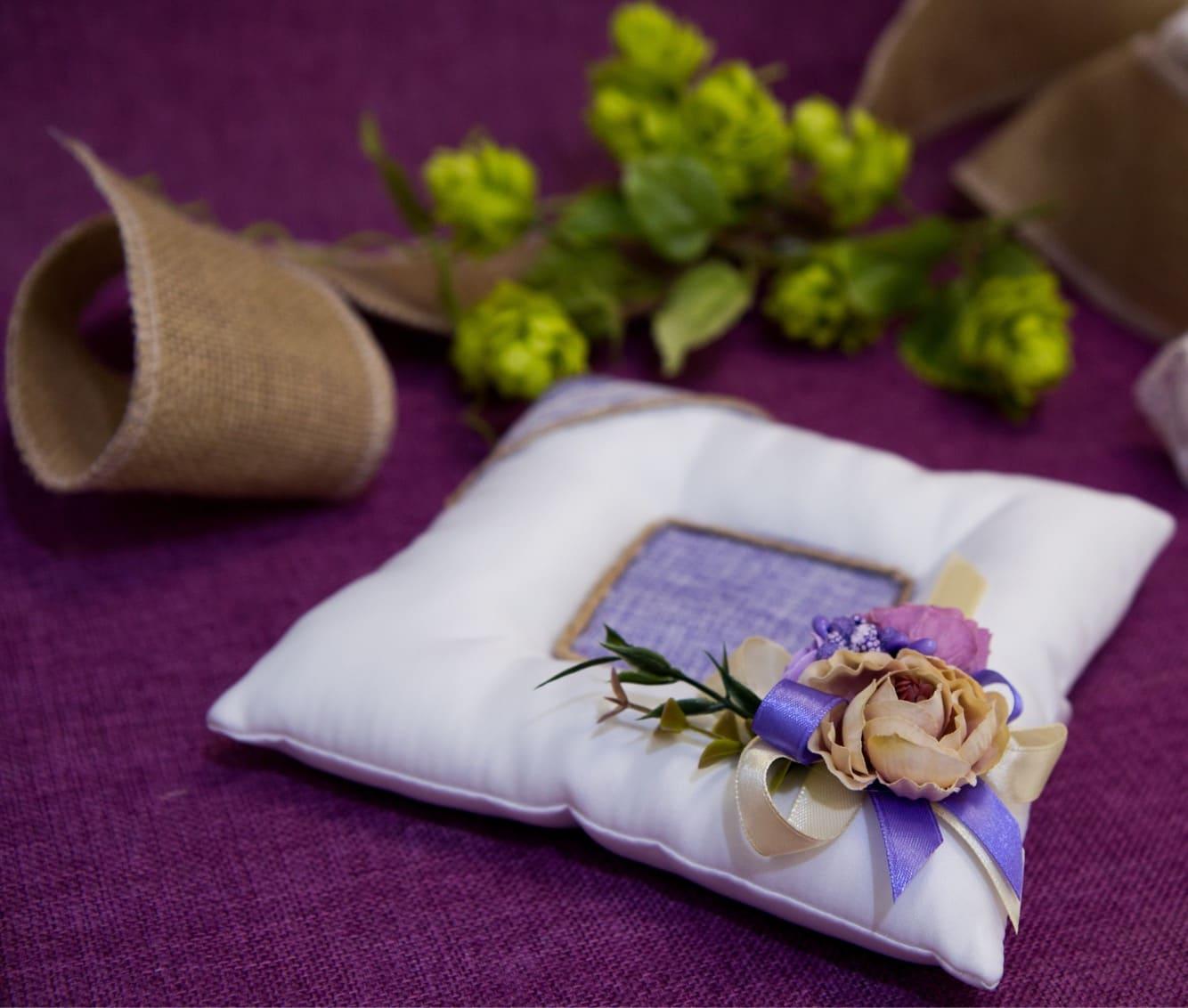 Стильная подушечка для колец в бело-фиолетовых тонах, декорированная бутонами.