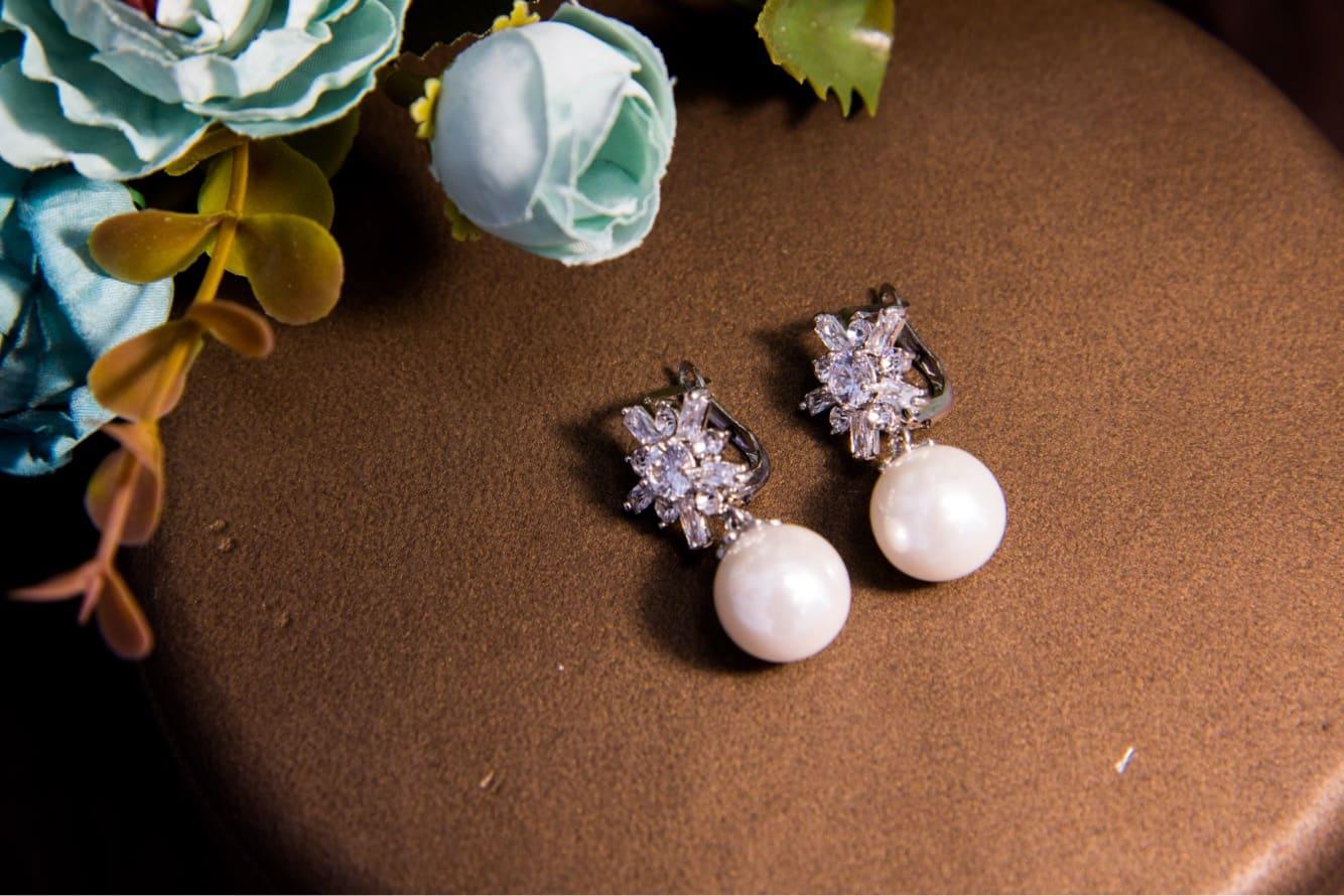 Романтичные небольшие серьги с прозрачными стразами и крупными жемчужинами.