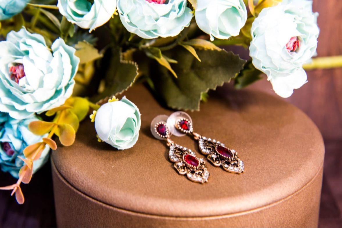 Роскошные золотистые серьги в восточном стиле, украшенные разноцветными камнями.