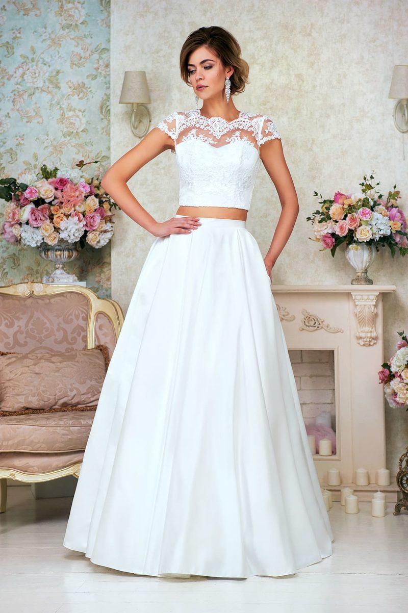 Свадебное платье с эффектной атласной юбкой и укороченным топом с кружевным рукавом.