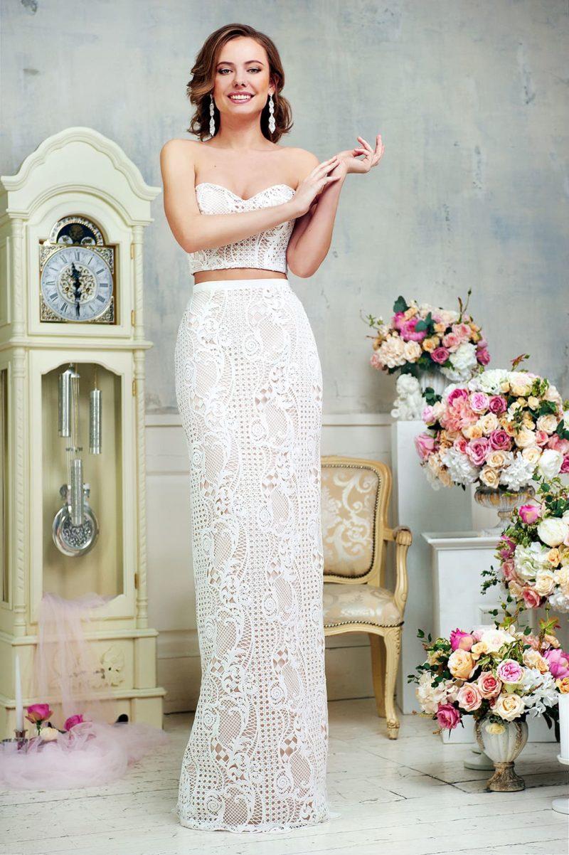 Оригинальное свадебное платье с укороченным топом и плотной ажурной отделкой.