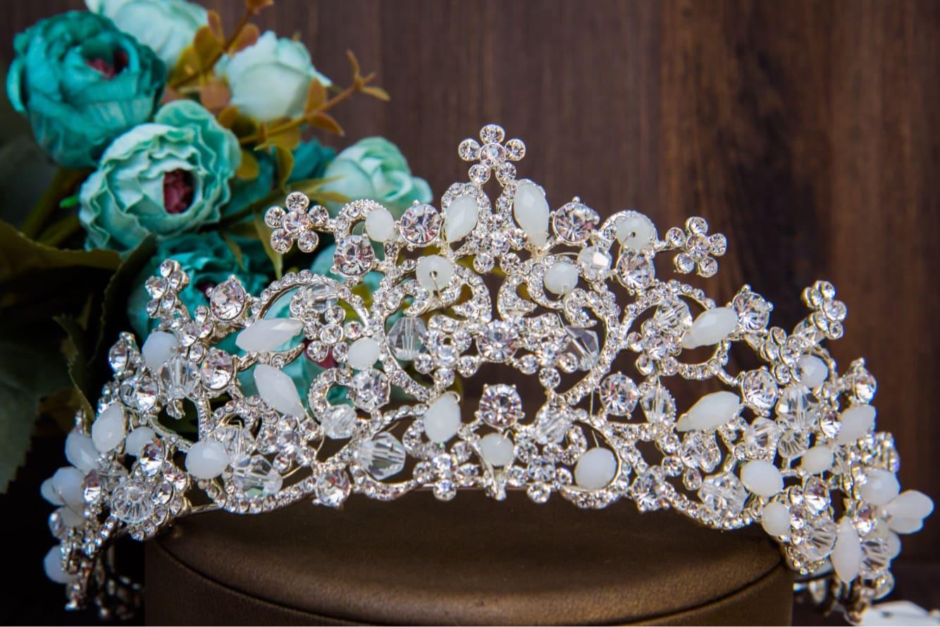 Впечатляющая корона для невесты со стразами и оригинальными матовыми бусинами.