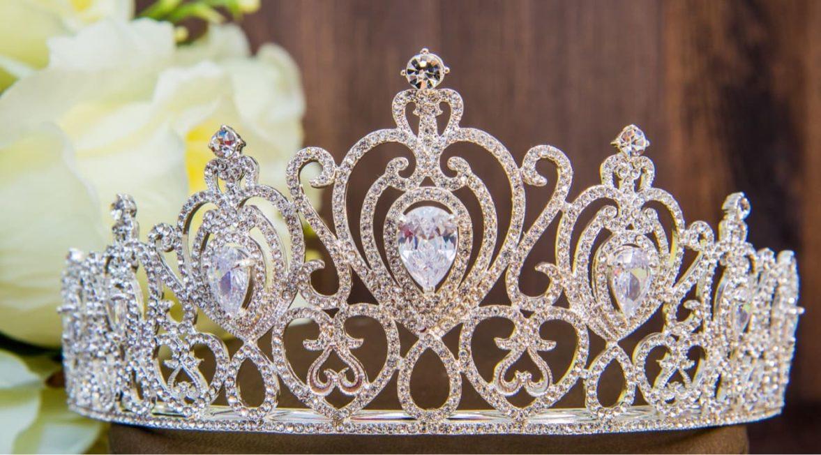 Царственная золотистая диадема в прическу невесты, украшенная кристаллами.