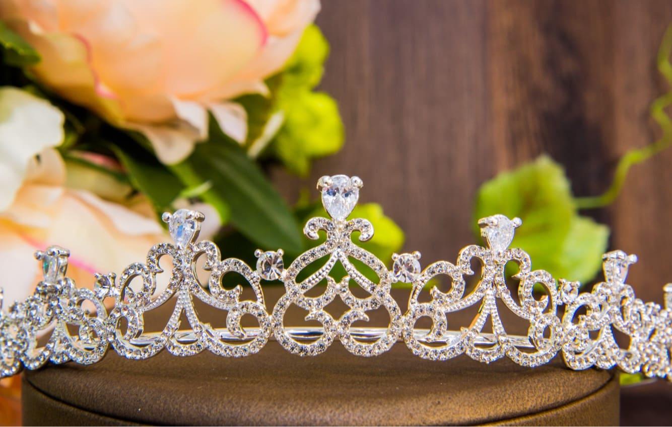 Элегантная серебристая корона для свадебной прически с мелкими кристаллами.