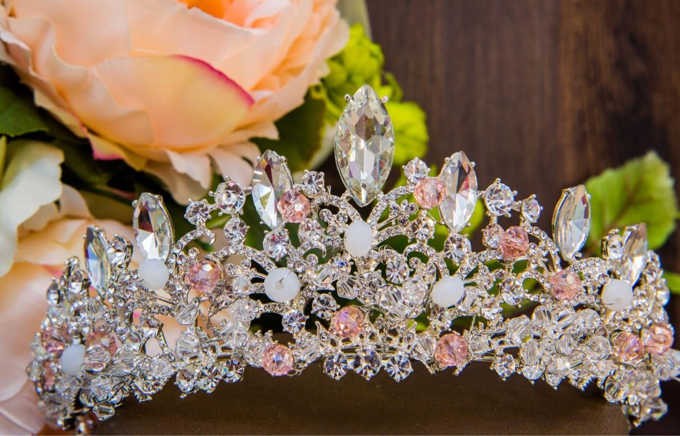 Очаровательная свадебная диадема, роскошно декорированная розовыми стразами.