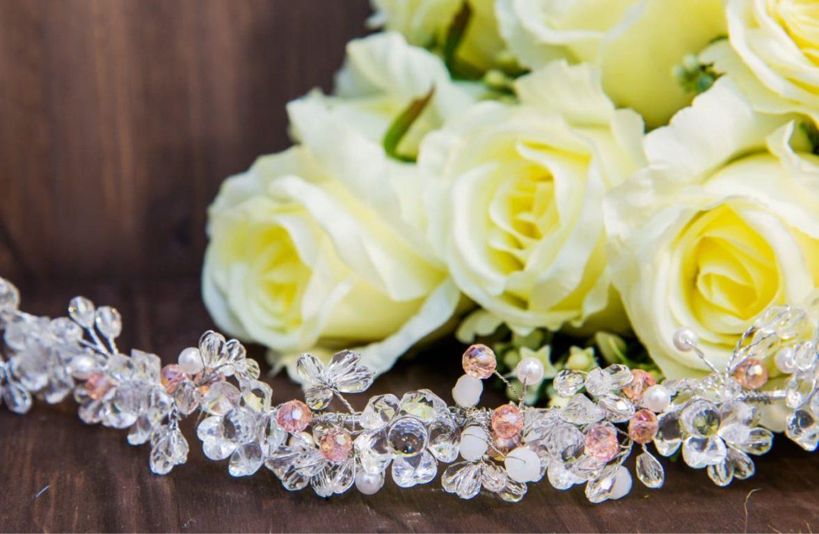 Романтичное украшение для прически, оформленное розовыми и прозрачными кристаллами.