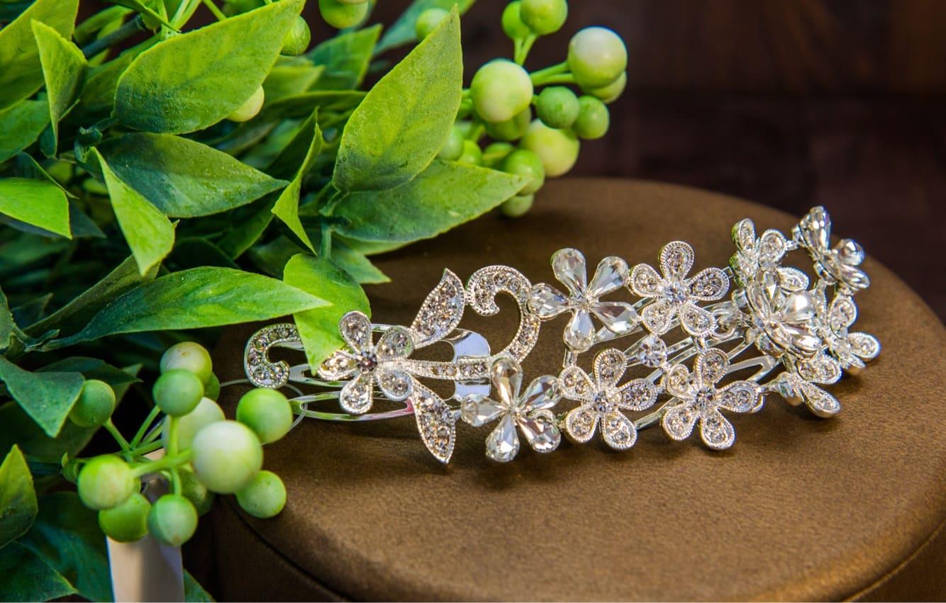 Деликатная заколка в прическу невесты, выполненная в цветочных мотивах.