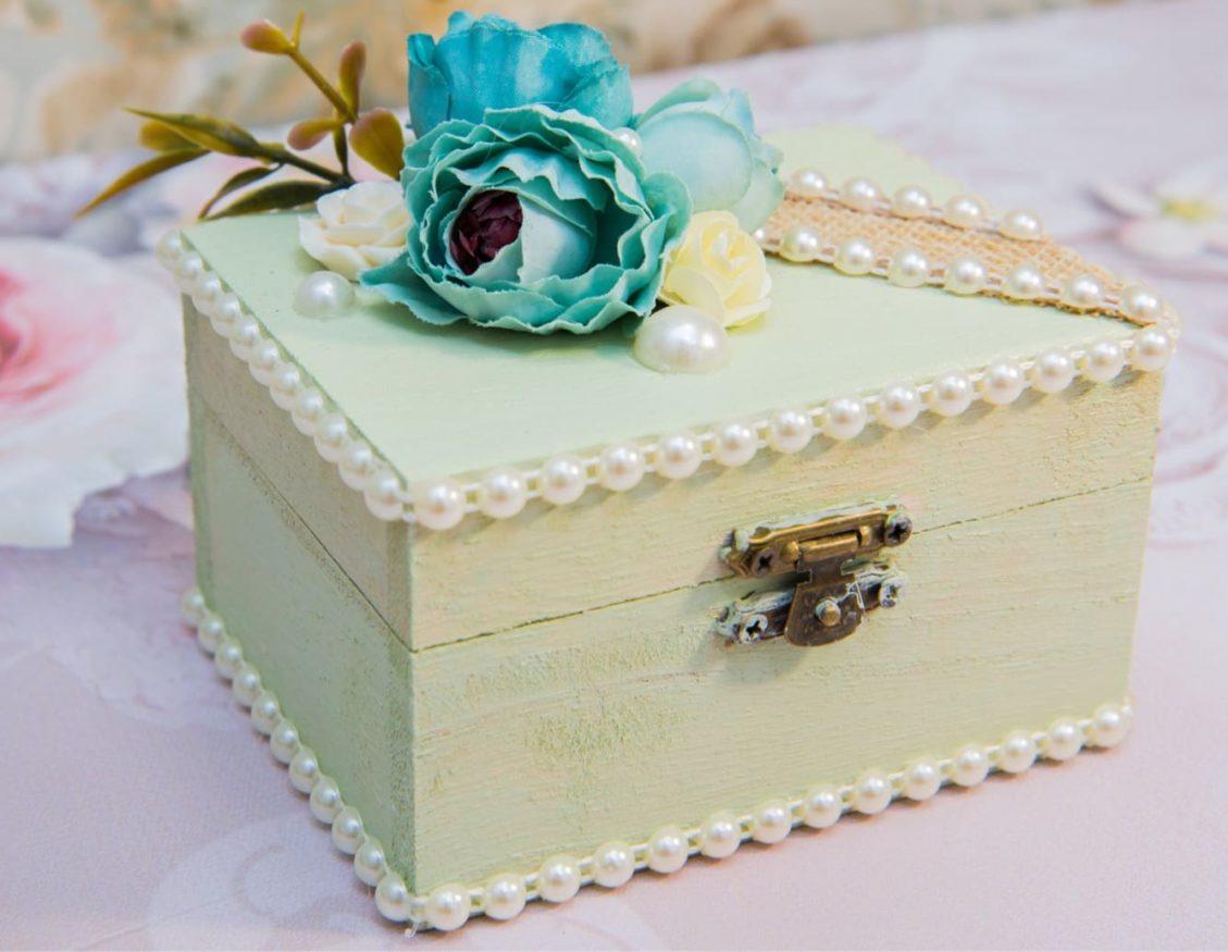 Нежная бирюзовая шкатулка для колец, эффектно декорированная жемчугом и бутоном.