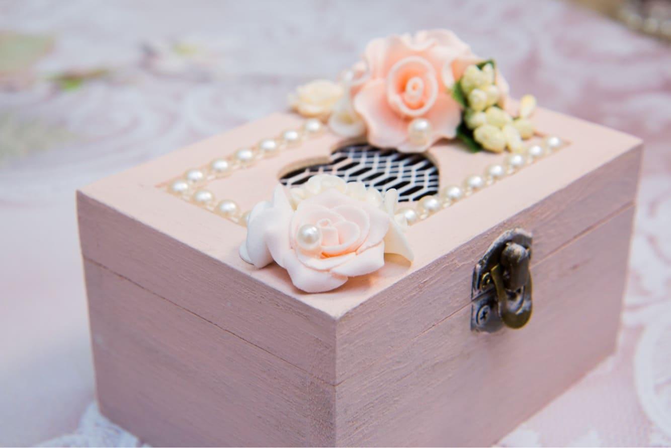 Розовая шкатулка для колец, украшенная объемными бутонами и жемчужинами.