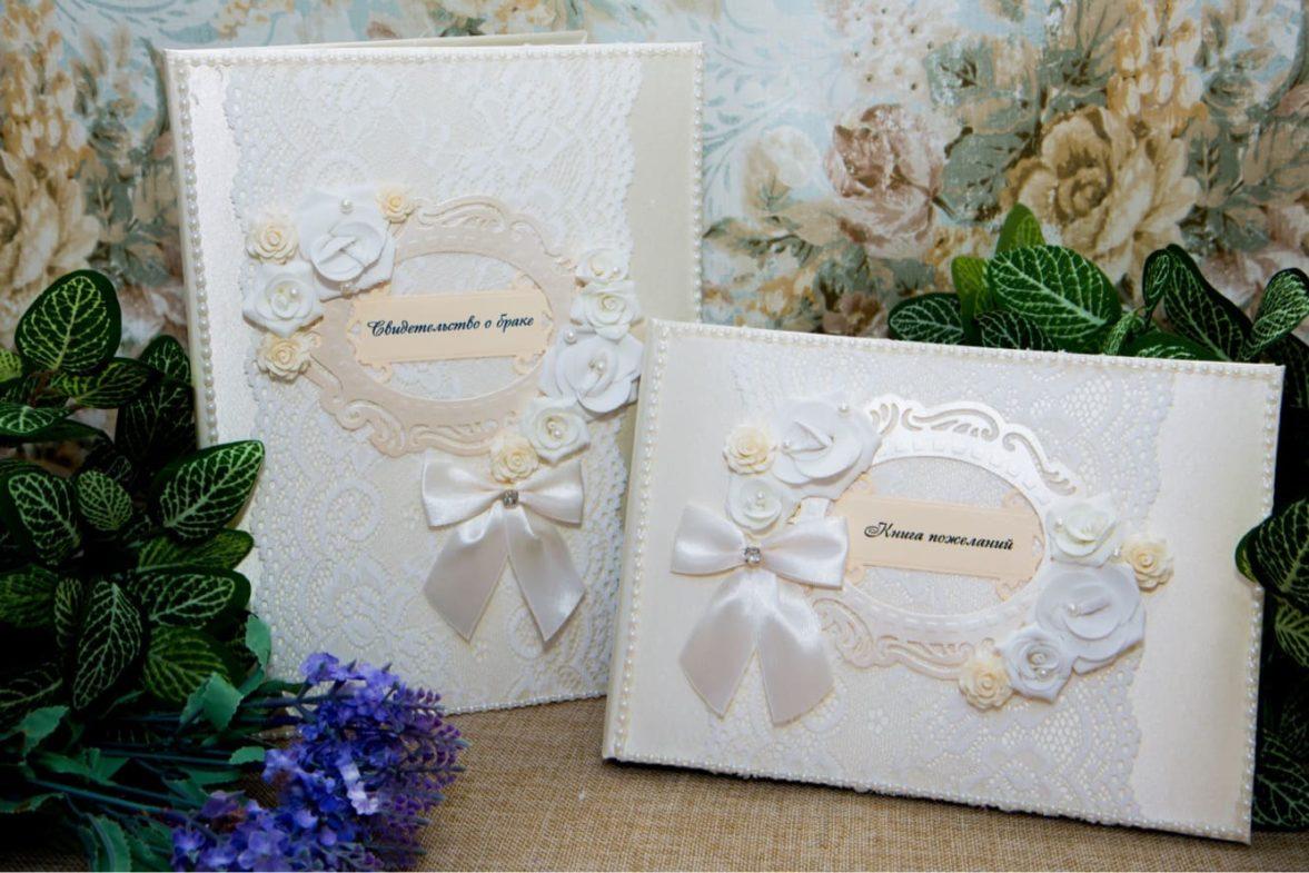 Нежный свадебный набор в кремовых тонах, украшенный бутонами и атласными бантами.