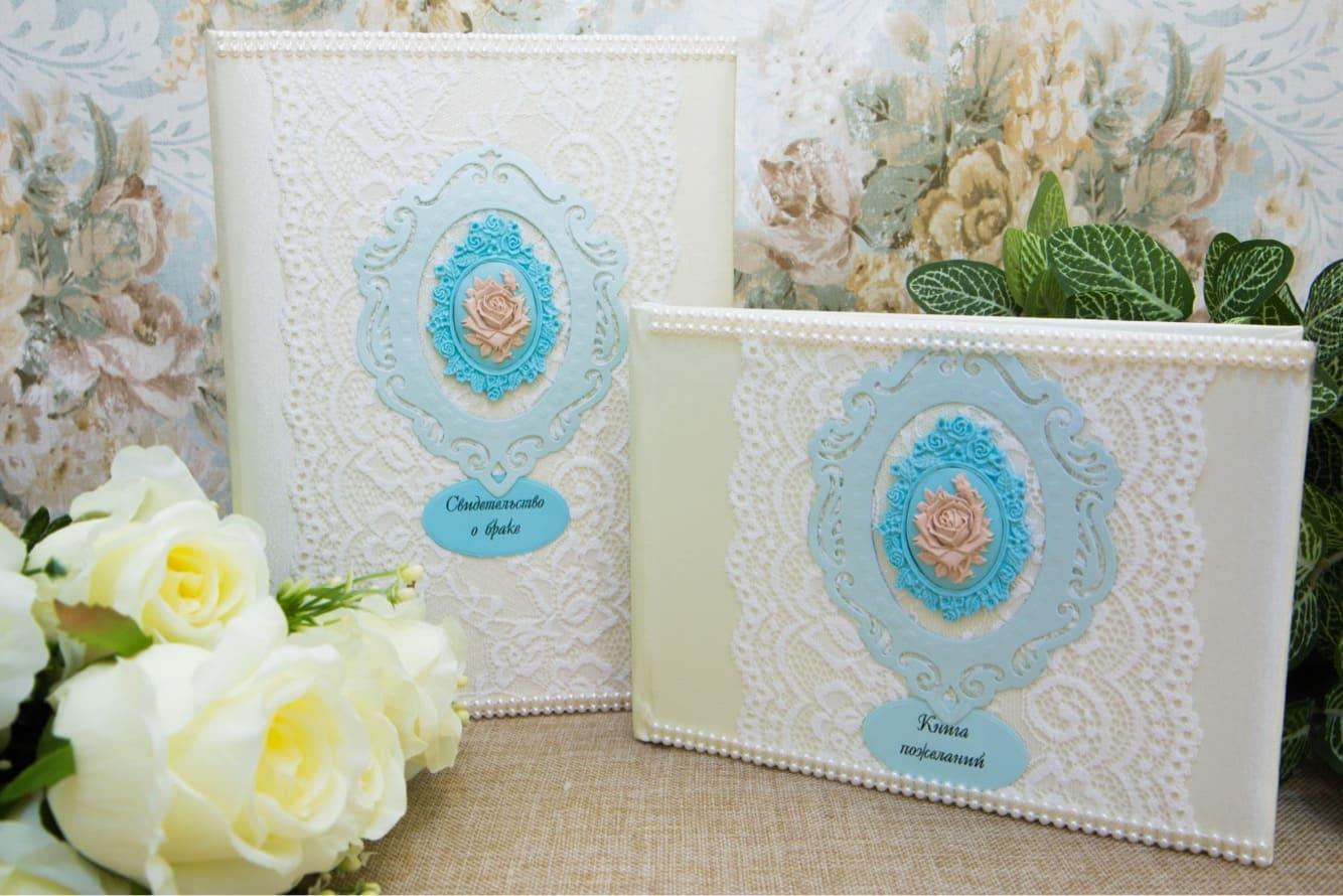 Утонченный свадебный набор, декорированный кружевом и голубыми вставками.